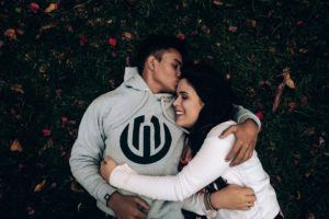 Couple allongé dans l'herbe