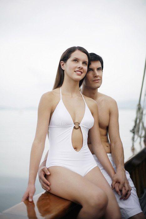 Couple se tenant la main, au bord d'un bateau