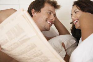 Jeune couple dans son lit