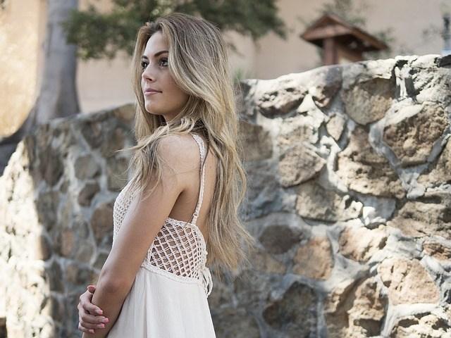 Femme blonde se promenant