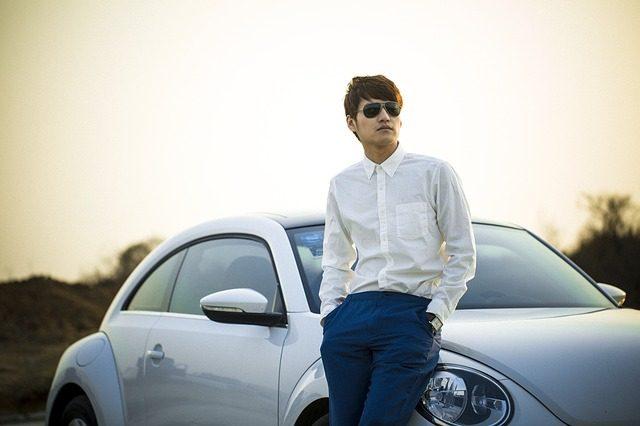Homme devant sa voiture