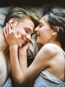 Couple souriant au lit